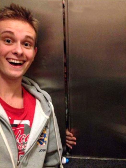chico se toma selfie con personas atrapadas en el elevador