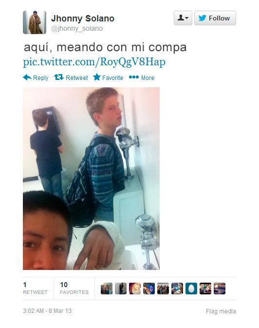 niño toma selfie con su amigo mientras orinan