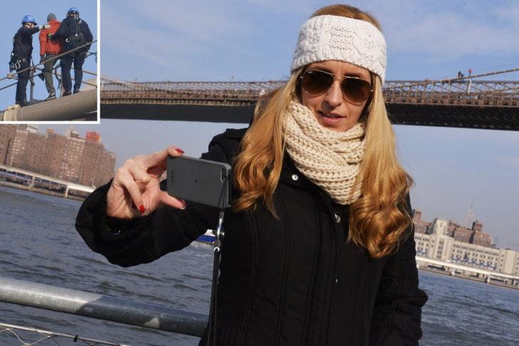 mujer toma selfie de un hombre que va a saltar del puente