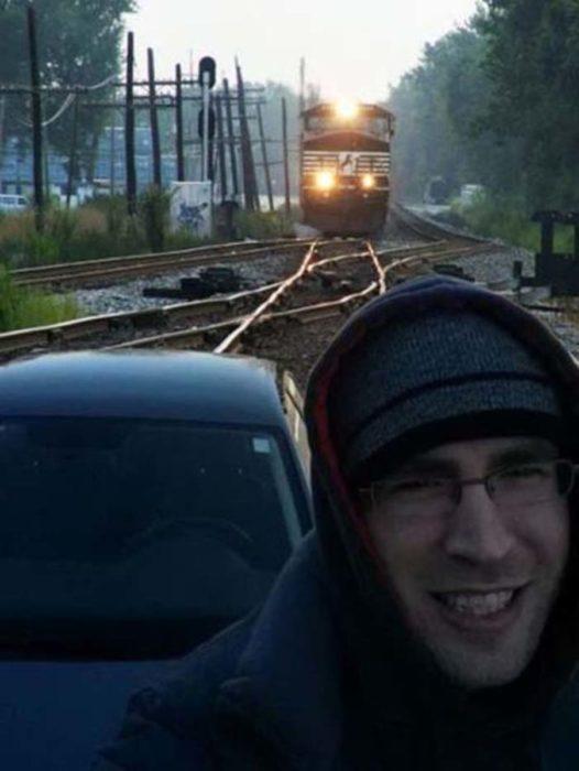 hombre toma selfie y el tren viene hacia él