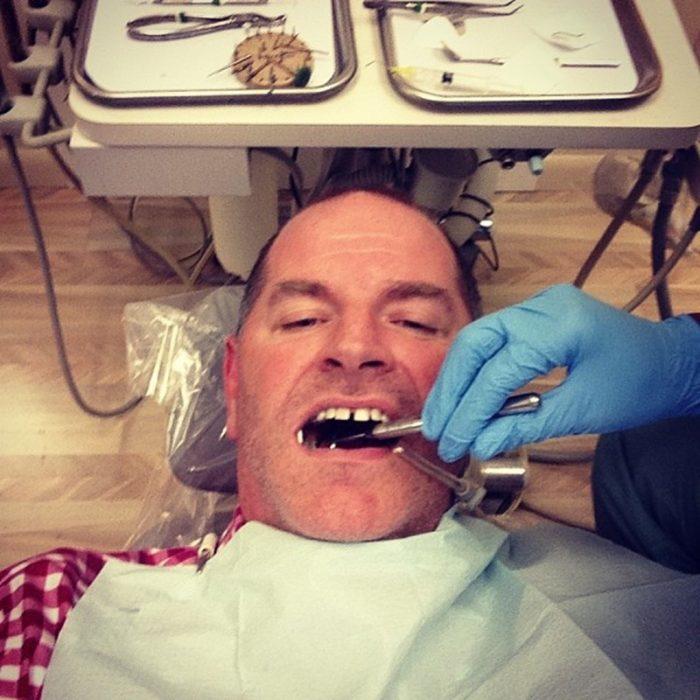 hombre se toma selfie en el dentista