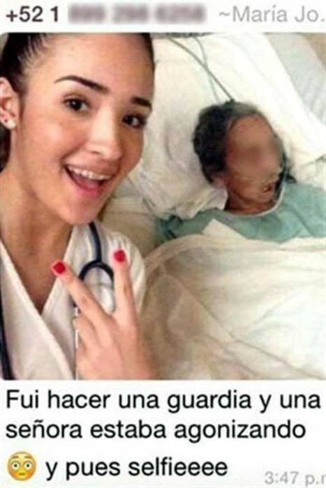 joven doctora toma selfie en el hospital