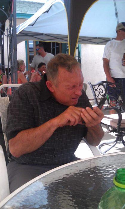 Abuelos vs tecnología - viendo el celular