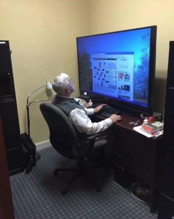Abuelos vs tecnología - pantalla enorme abuelo