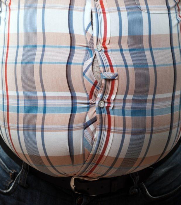 hombre gordo a punto del botonazo