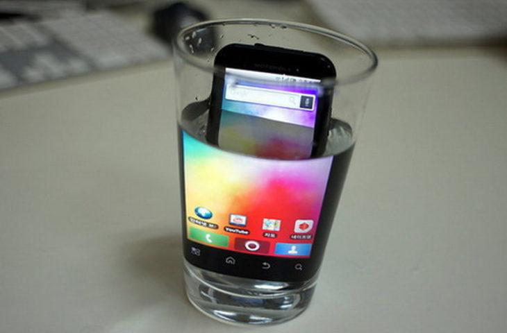 celular dentro de vaso con agua