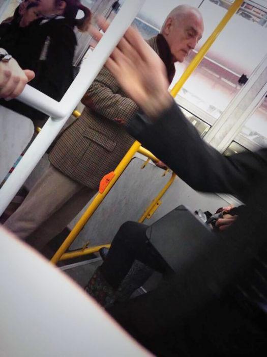 parecido a Tywin Lanniser en el transporte público