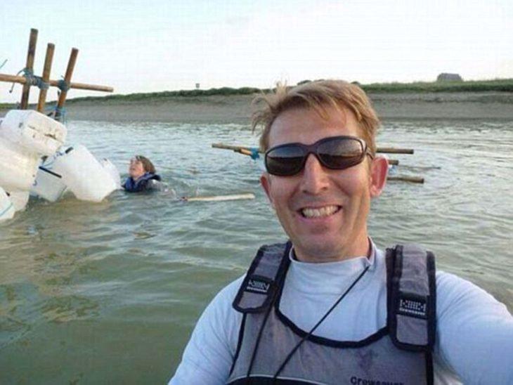 hombre se toma selfie mientras otro se está ahogando