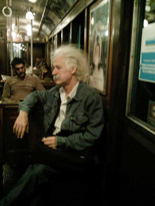 albert einstein en el transporte público