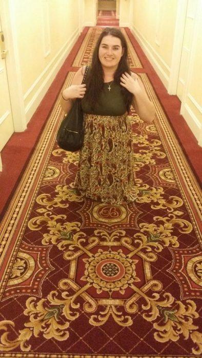mujer camuflada con una alfombra