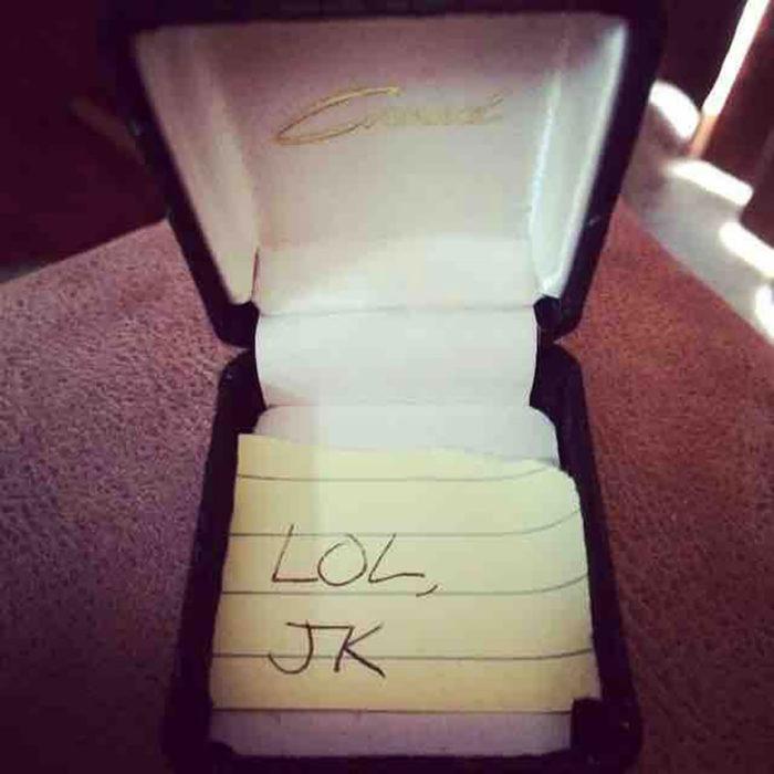 caja de anillo con una nota dentro