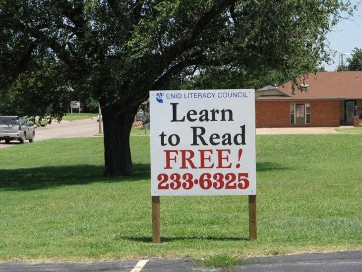 cartel que dice aprende a leer