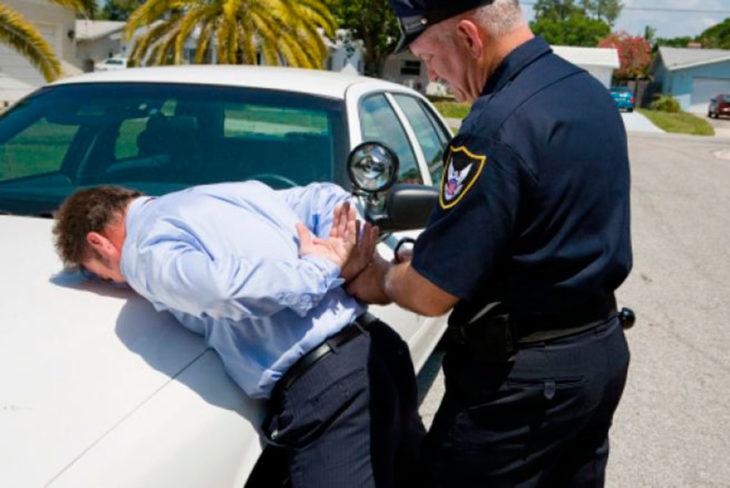 policiía arrestando a un hombre