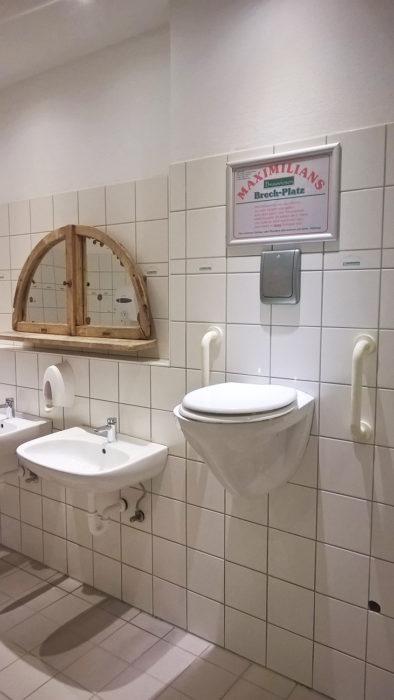 taza de baño instalada al lado del lavabo