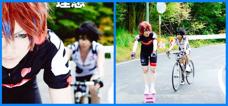 sesión de ciclismo de cosplayers, uno tiene bici y el otro no