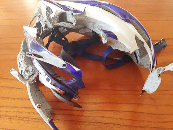 casco destruido luego de chocar contra un muero a 80 km/h