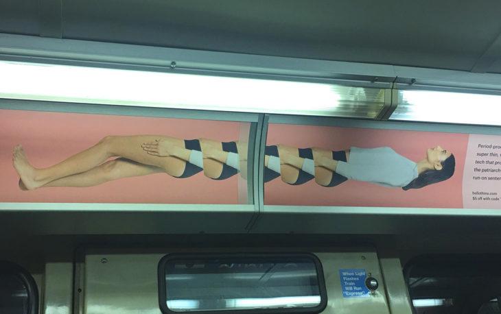 poster mal puesto en el metro