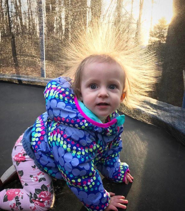 niña con el cabello con estática