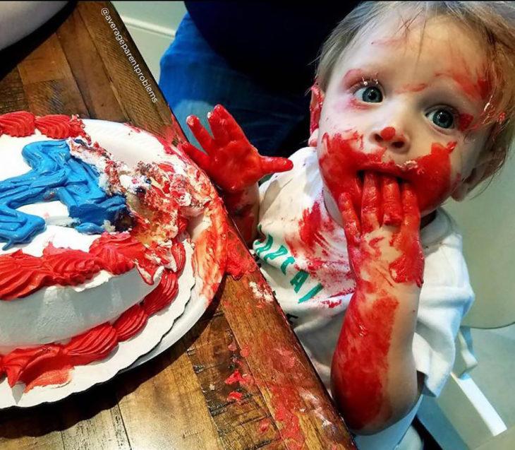 niño embarrado de pastel