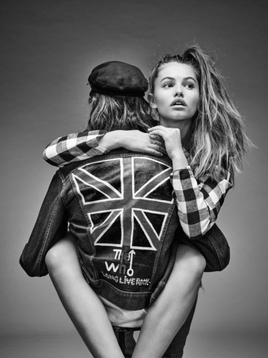 hombre de espaldas cargando a una niña