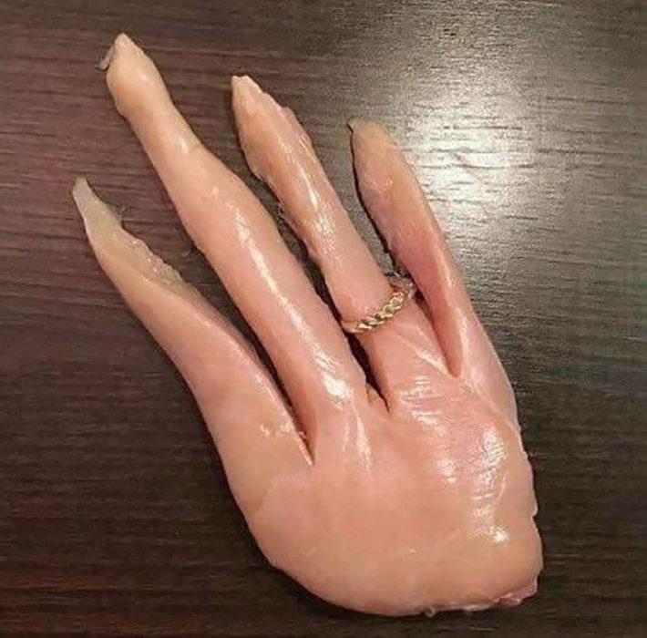 anillo en mano hecha de carne