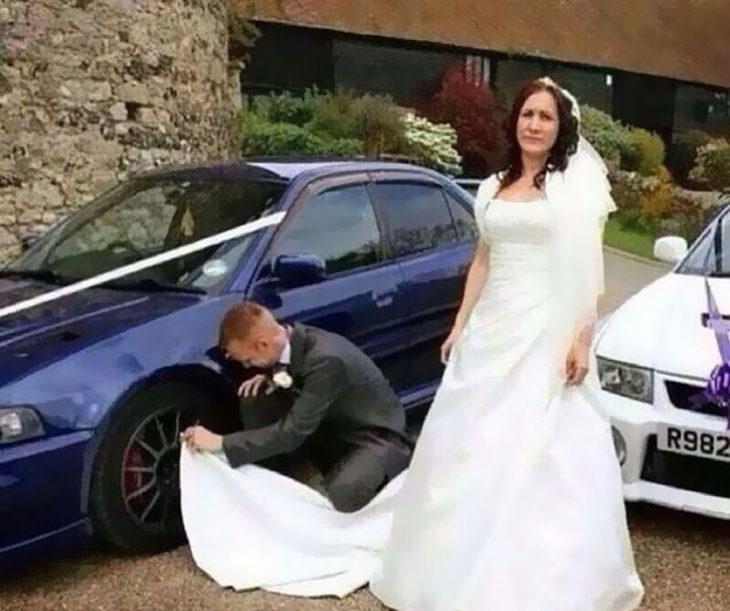 hombre limpia llanta de carro con el vestido de su esposa