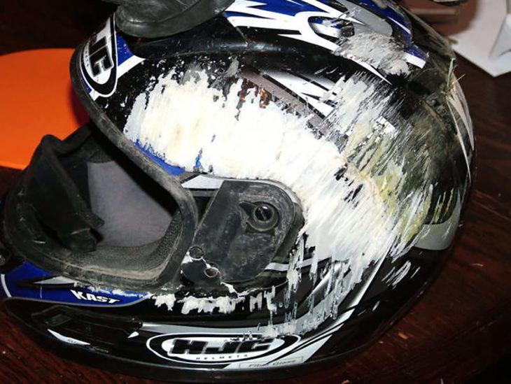casco con raspaduras en el costado