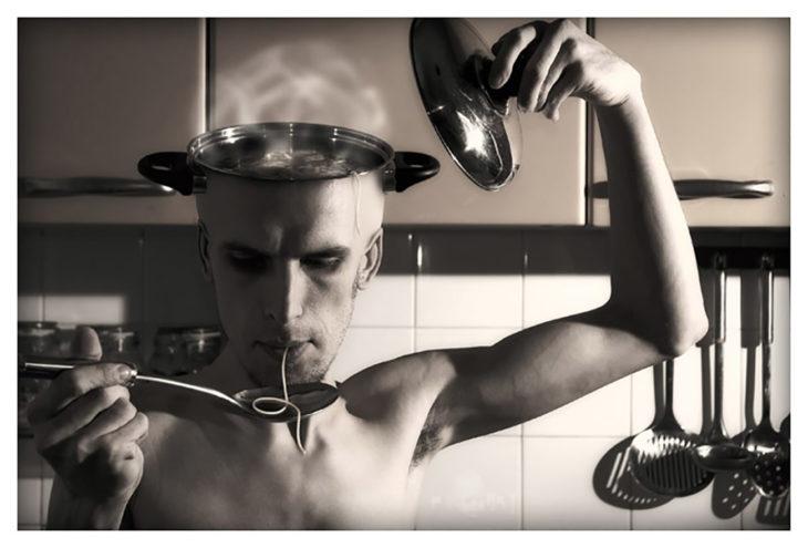 hombre comiéndose una sopa que sacó de su cerebro