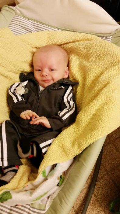 bebé haciendo cara de hombre perverzo