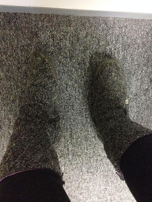 botas igual que la alfombra