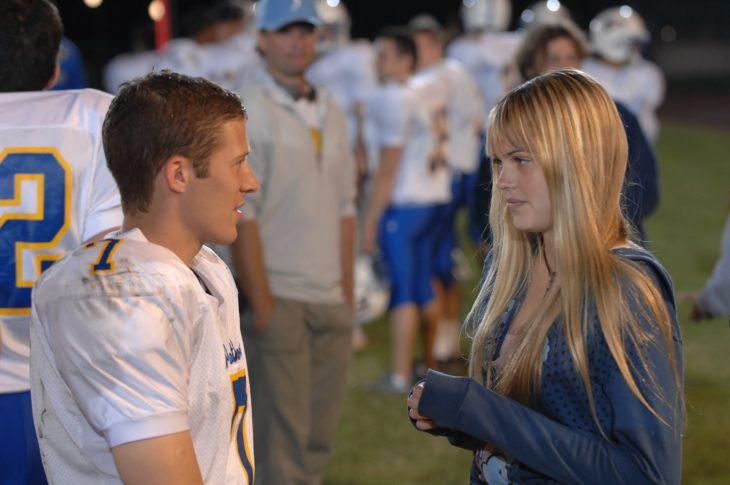 pareja discutiendo en campo de football