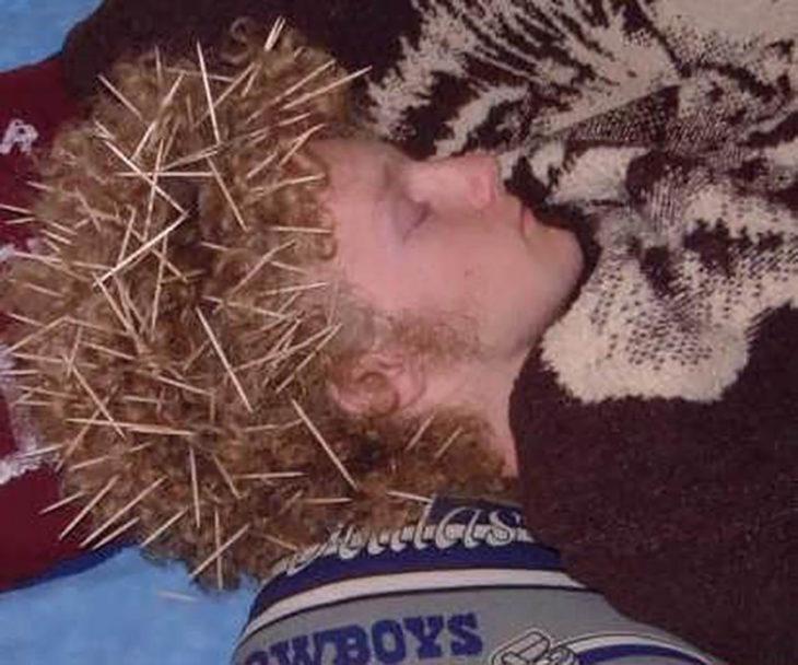 chico con palillos de dientes en el cabello