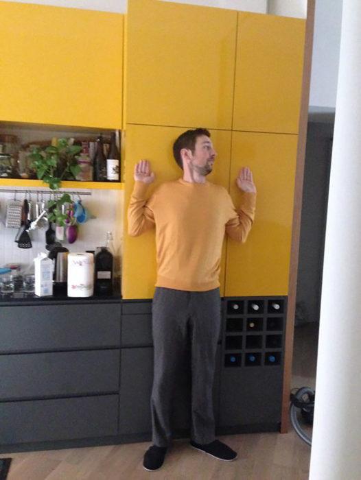 hombre camuflado con mueble amarillo y café