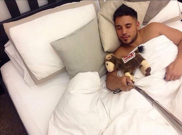 hombre haciéndose el dormido se toma una selfie