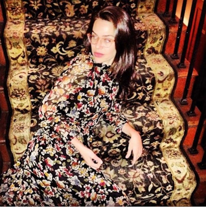 mujer camuflada con escaleras