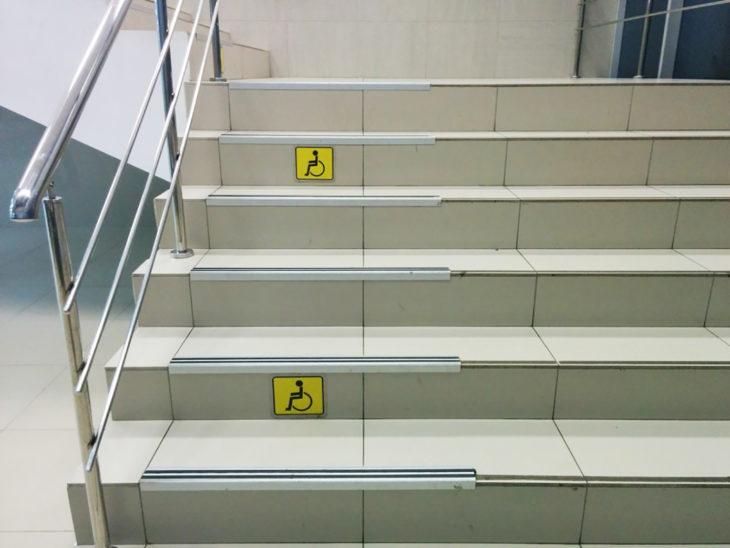 escaleras con calca de discapacitados