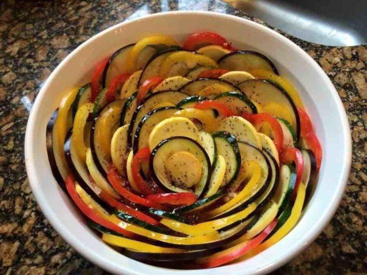 plato de verduras acomodadas