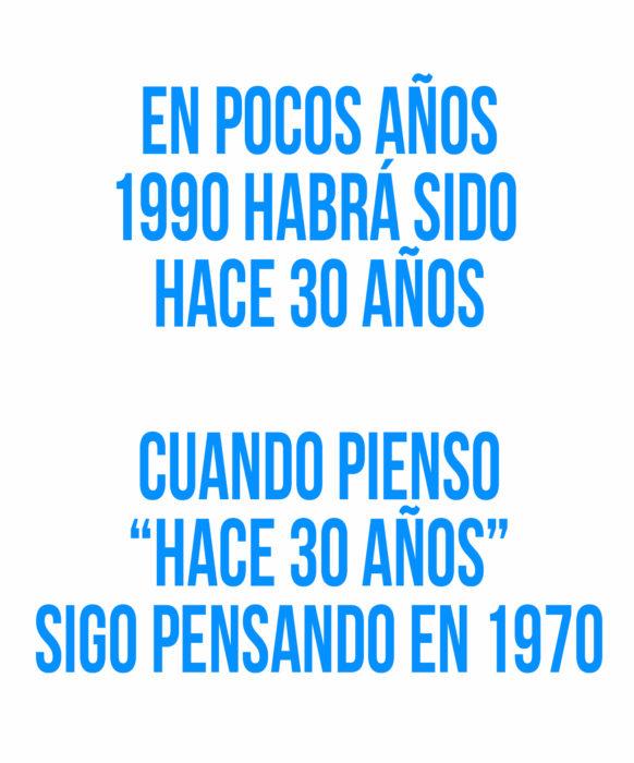 frase en letras azules sobre 1990