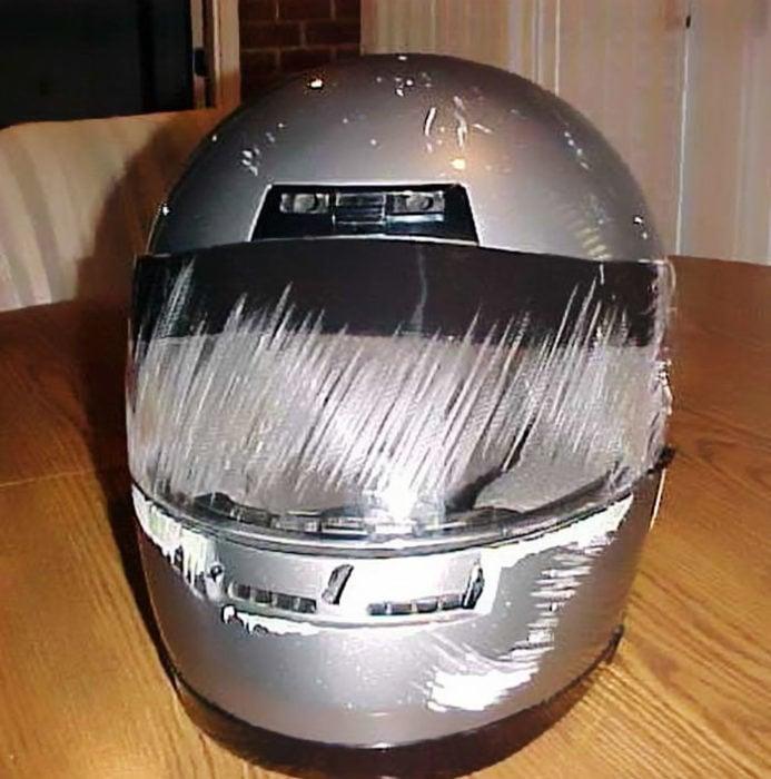 casco de cara completa raspado en la parte del rostro