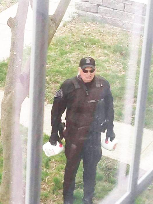 policía con dos galones de leche