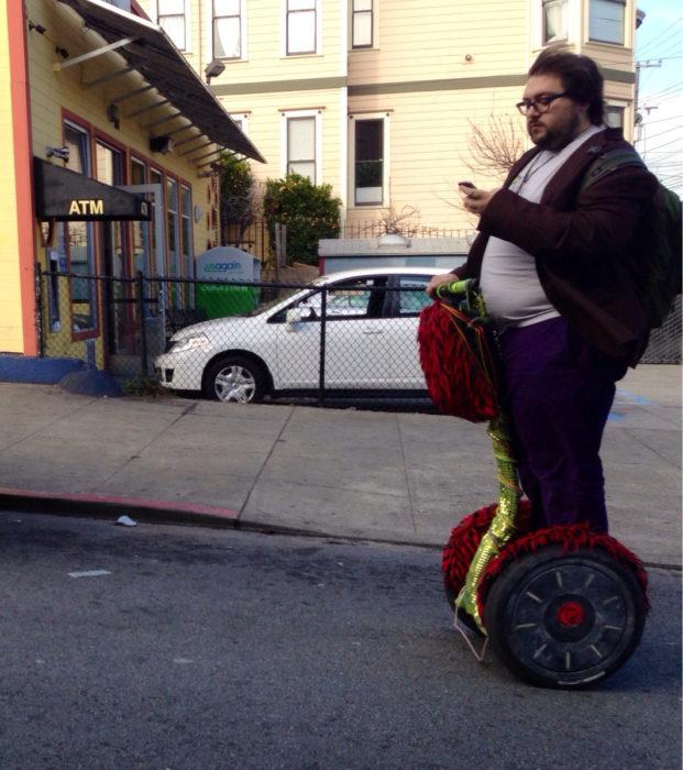 hombre robusto en traje sobre un patín automático