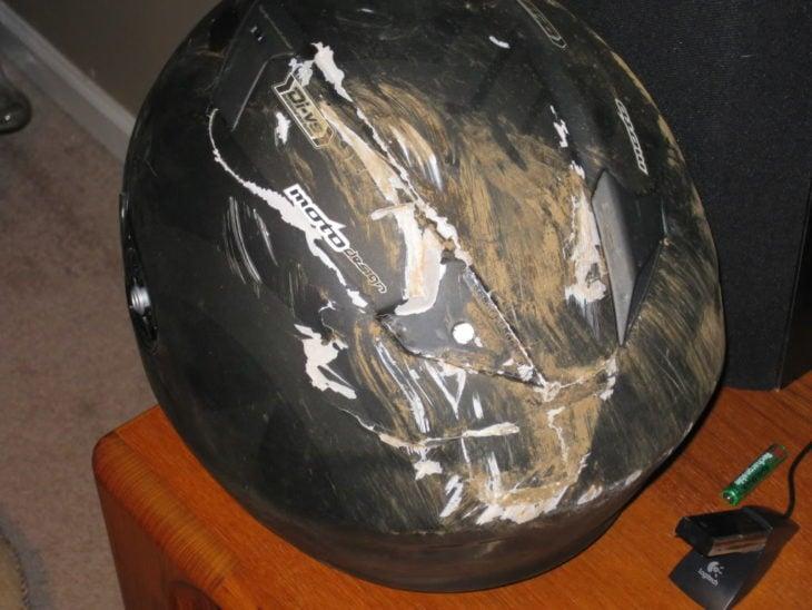 casco quebrado y con lodo