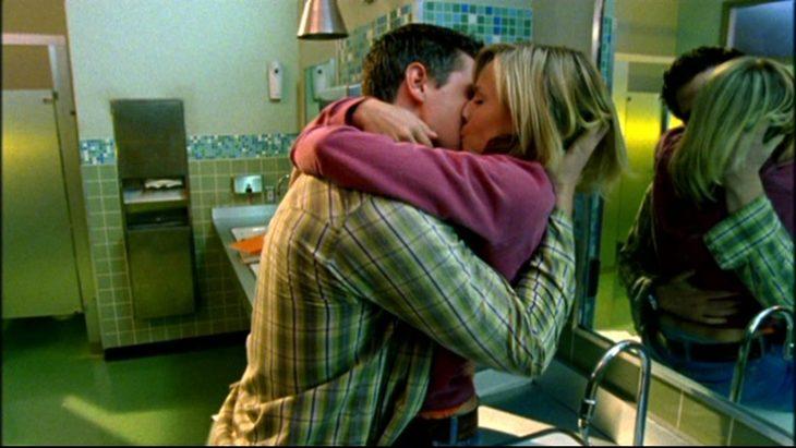 pareja beso en el baño bar