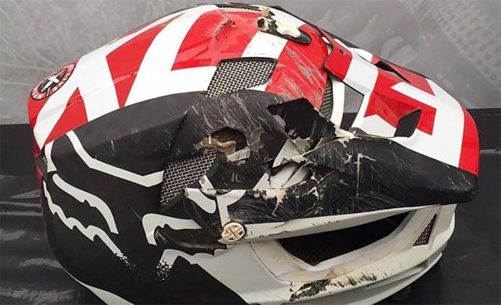 casco rojo negro y blanco casi destruido por completo