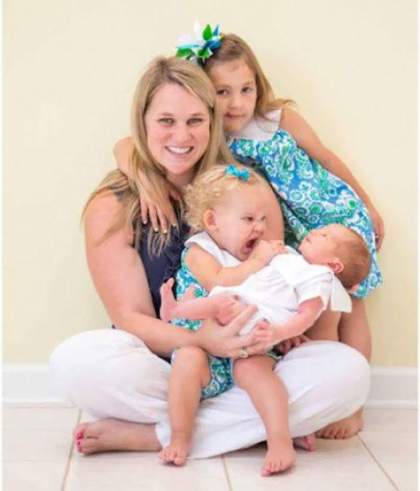 madre con sus dos hijas y recién nacida
