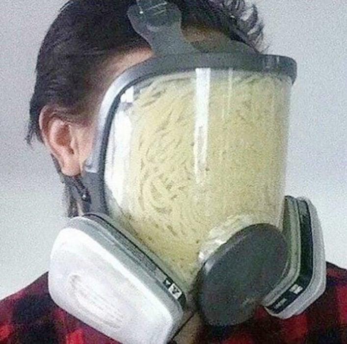 hombre con máscara de gas llena de sopa