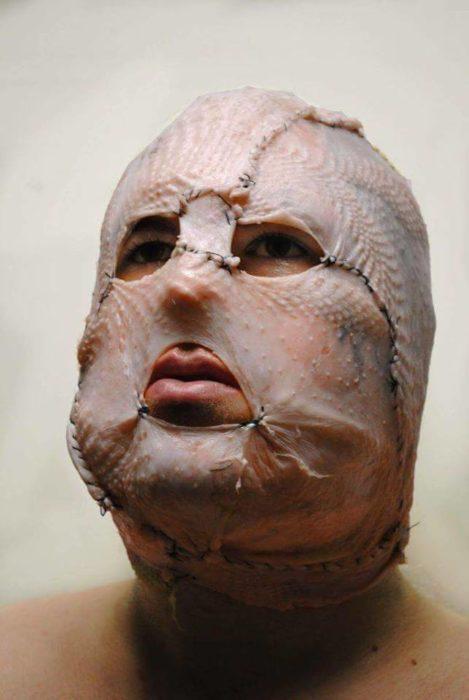 hombre con máscara hecha de piel de pollo
