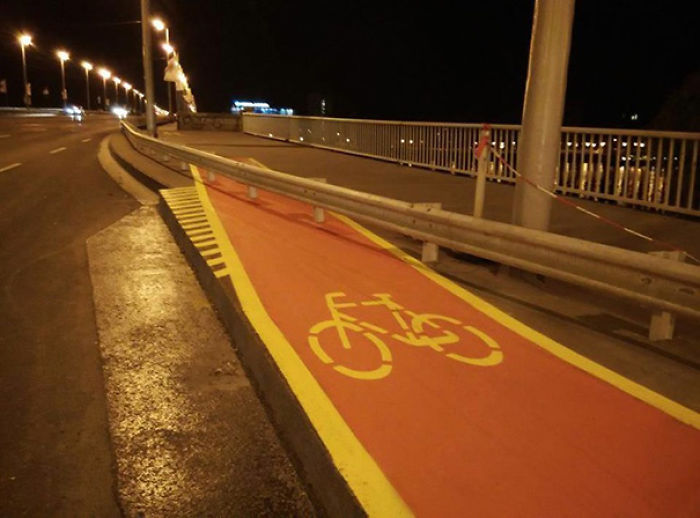 saltan en bici