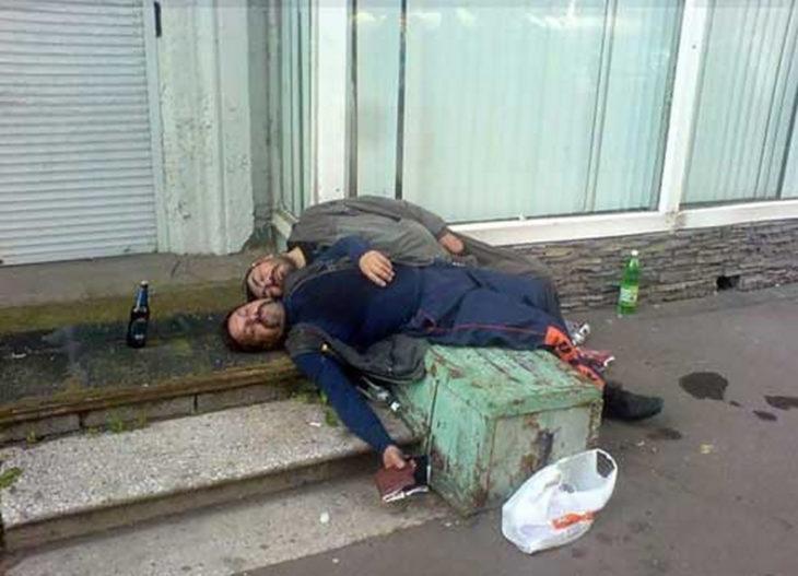 dos borrachos tirados en una banqueta