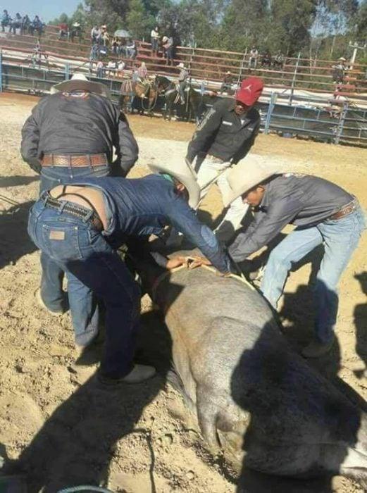 tres vaqueros, uno trae una tanga